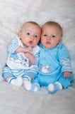 放置在毯子的逗人喜爱的男婴 免版税库存照片