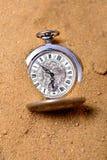 放置在沙子的老pocketwatch 库存图片