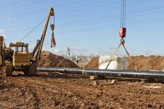 放置在沟槽的煤气总管在领域开掘了 图库摄影