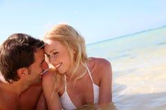 放置在海滩的恋人 免版税图库摄影