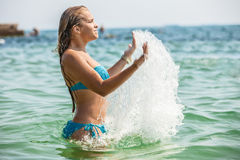 放置在海的可爱的女孩 免版税库存图片