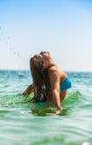 放置在海的可爱的女孩 免版税图库摄影