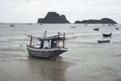 放置在海滩的传统渔船在有山和海岛的,选择聚焦,被过滤的图象海附近 免版税库存图片