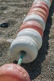 放置在海滩的车道分切器 免版税图库摄影