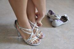 放置在爱装饰的鞋子的妇女 免版税图库摄影