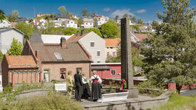 放置在纪念碑前面开花给战争受害者 库存图片