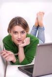 有膝上型计算机的年轻学生 免版税库存图片