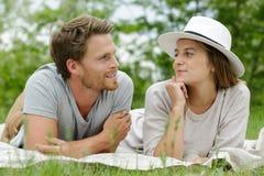 放置在草的美好的夫妇 库存照片