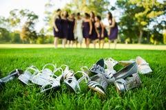 放置在草的鞋子和高跟鞋 库存图片