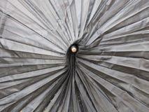 放置在街道的一把残破的伞的盾 免版税库存图片