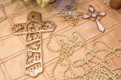 放置在金桌布的金十字架 库存图片