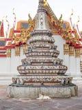 放置在铺磁砖的Chedi旁边的猫在Wat Pho,曼谷,泰国 免版税库存照片