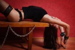 放置在长凳的奴隶女孩 免版税库存照片