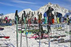 放置在雪的滑雪设备 图库摄影