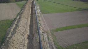 放置在青山中的气体管道 为在被挖掘的沟槽的浸没准备的大高压钢管 土地工作 影视素材
