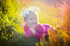 放置在领域的逗人喜爱的小女孩 库存图片