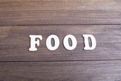 放置在黑暗的木传讯的白色信件我爱食物 库存图片