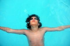 放置在水的年轻十几岁的男孩 库存图片