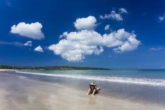 放置在Jimbaran海滩,巴厘岛的妇女 免版税库存照片