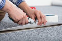 放置地毯的木匠 免版税库存图片