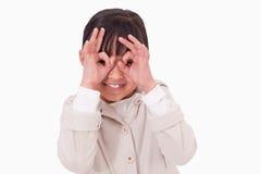 放置她的手指的女孩在她的眼睛附近 库存图片