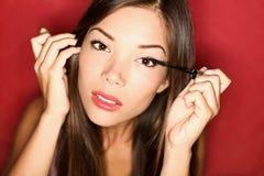 放置妇女的构成染睫毛油 免版税库存图片