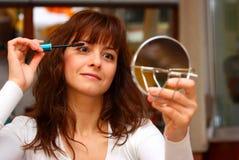 放置妇女的构成染睫毛油 免版税库存照片