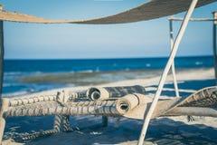 放置床在沙子的海滩 库存照片