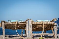 放置床在沙子的海滩 免版税库存图片