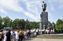 放置开花在纪念碑给塔拉斯・舍甫琴科在哈尔科夫,乌克兰 图库摄影