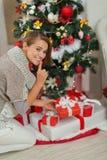 放置当前配件箱的妇女在圣诞树下 库存照片