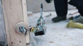 放置户外站点的砖建筑 工业起重机勾子被钩对在建筑的木部分 股票录像