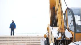 放置户外站点的砖建筑 工业起重机勾子钩了细节 股票录像
