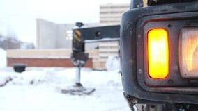 放置户外站点的砖建筑 火焰信号器光起动了卡车 股票录像