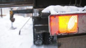 放置户外站点的砖建筑 火焰信号器橙色光起动了卡车 股票录像