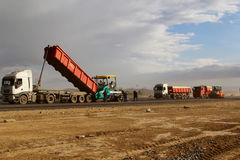 放置新鲜的沥青路面的被跟踪的摊铺机在跑道作为多瑙河三角洲国际机场拓展计划一部分 图库摄影