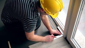 放置有铅笔的地板工作者在层压制品的委员会做标号 影视素材