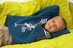 放置枕头的男孩新 免版税库存照片