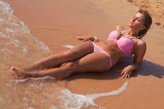 放置桃红色妇女年轻人的美丽的比基&# 免版税图库摄影