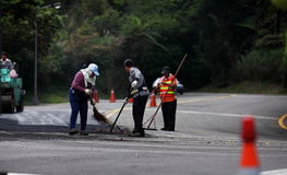 放置沥青的路工作者 图库摄影