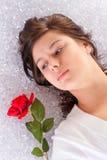 放置玫瑰年轻人的女孩 库存照片