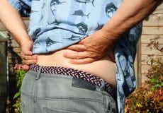 放置男性人肌肉脖子痛部分地严重肩膀疼痛的酸疼的回到河床成为不饱和的体验的图象伤害拉紧了 关节炎或坐骨神经痛 前辈在痛苦中 免版税库存照片