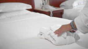 放置白色毛巾的未被认出的成人资深妇女躺在床上在酒店房间 服务和清洁的概念 股票视频