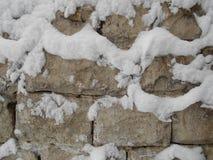 放置石头在雪的冬天 老墙壁 免版税库存图片