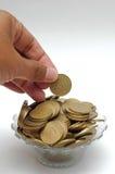 放置硬币在洗手指碗 免版税库存照片