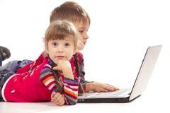 放置笔记本的孩子 免版税库存图片