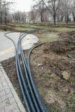 放置管道的洒水装置在地面的为地下灌溉系统,灌溉掘沟 库存照片
