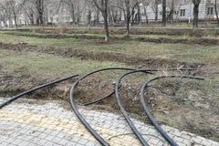 放置管道的洒水装置在地面的为地下灌溉系统,灌溉掘沟 库存图片