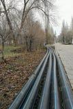 放置管道的洒水装置在地面的为地下灌溉系统,灌溉掘沟 免版税图库摄影