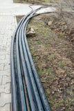 放置管道的洒水装置在地面的为地下灌溉系统,灌溉掘沟 免版税库存照片